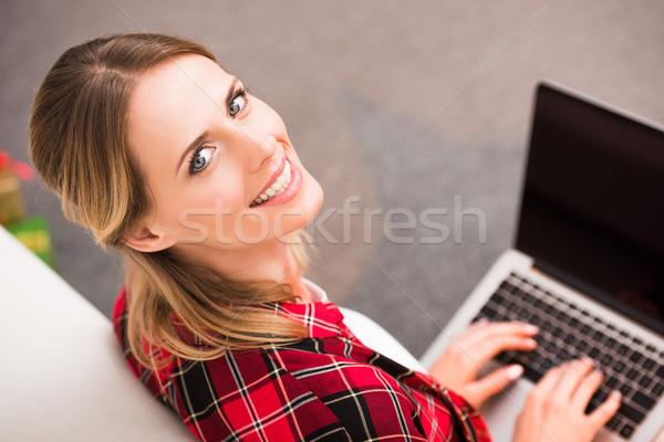 Jonge vrouw met behulp van laptop glimlachend camera glimlach netwerk Stockfoto © LightFieldStudios