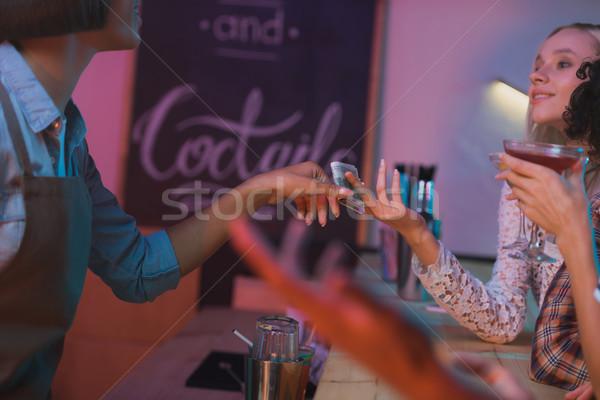 Nő fizet csapos koktélok kilátás nők Stock fotó © LightFieldStudios