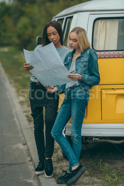 Több nemzetiségű barátok néz térkép vonzó áll Stock fotó © LightFieldStudios