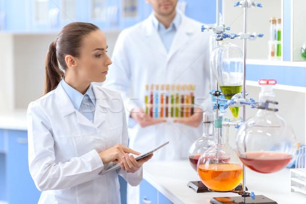 Vrouw wetenschapper digitale tablet lab Stockfoto © LightFieldStudios