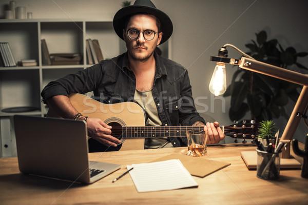 Stockfoto: Muzikant · spelen · gitaar · jonge · knap · kantoor