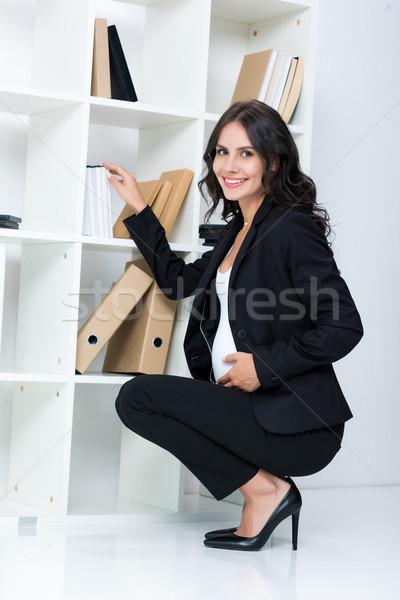 Grávida empresária livro prateleira moderno Foto stock © LightFieldStudios