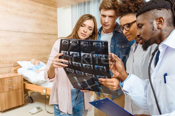 Orvosok megvizsgál röntgen csoport fénykép kórház Stock fotó © LightFieldStudios