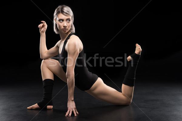 Genç kadın çağdaş dansçı poz Stok fotoğraf © LightFieldStudios