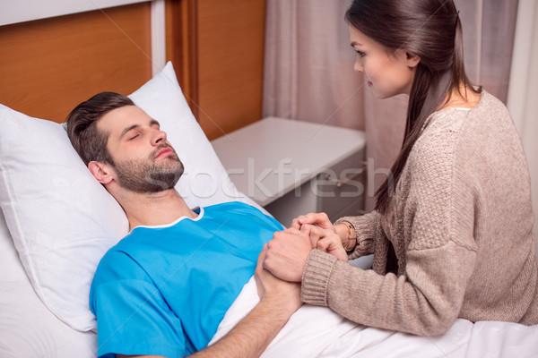 Homme femme hôpital jeune femme malade mains tenant Photo stock © LightFieldStudios
