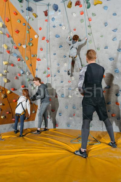 Famille formation escalade murs coup enfants Photo stock © LightFieldStudios