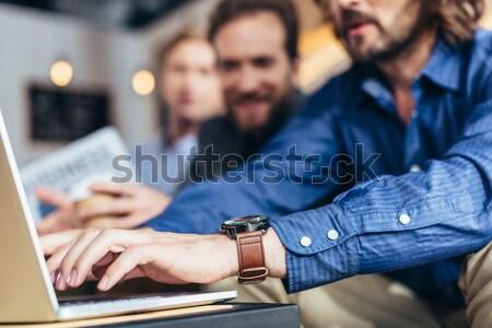 Foto stock: Pessoa · pagamento · tiro · garçom · cartão · de · crédito · café
