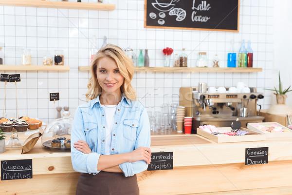 ウエートレス カフェ 美しい 立って 腕 笑みを浮かべて ストックフォト © LightFieldStudios