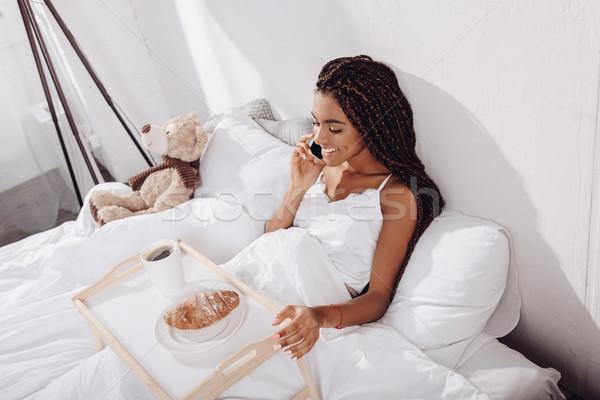 Zdjęcia stock: Kobieta · śniadanie · bed · mówić · telefonu · szczęśliwy