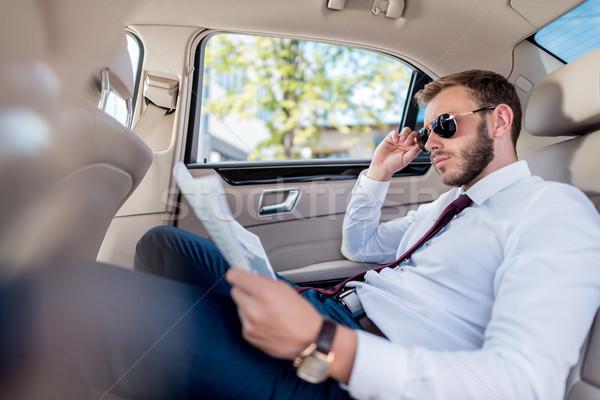 üzletember újság autó fiatal elegáns napszemüveg Stock fotó © LightFieldStudios