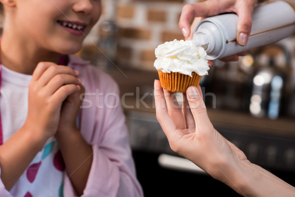 Nő vajkrém minitorta szelektív fókusz lánygyermek áll Stock fotó © LightFieldStudios