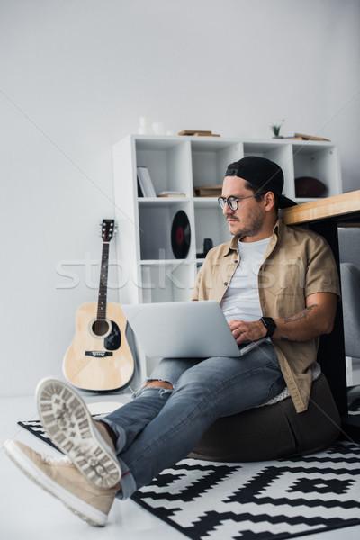üzletember dolgozik laptop jóképű fiatal modern Stock fotó © LightFieldStudios