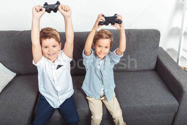 Jongens spelen aanbiddelijk weinig opgeheven handen Stockfoto © LightFieldStudios