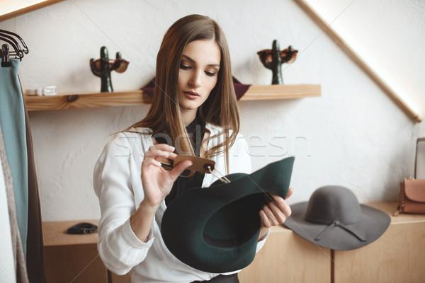 женщину Hat бутик элегантный модный покупке Сток-фото © LightFieldStudios