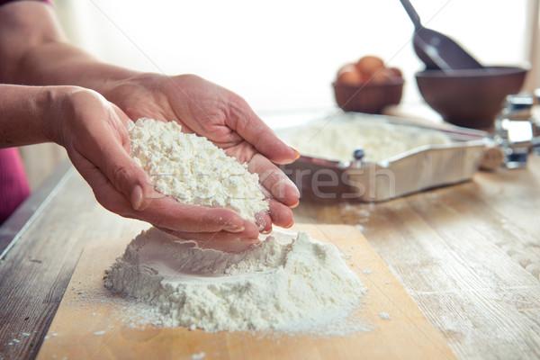 Mąka kobiet ręce widoku kuchnia tabeli Zdjęcia stock © LightFieldStudios