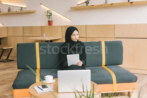 Muçulmano mulher digital comprimido café Foto stock © LightFieldStudios