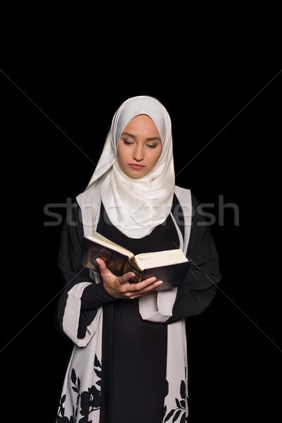 мусульманских женщину чтение хиджабе изолированный черный Сток-фото © LightFieldStudios