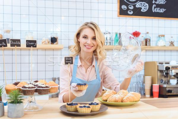 Kellnerin Cookies schönen jungen halten Stock foto © LightFieldStudios