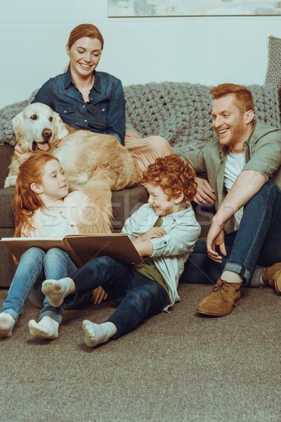 Genitori ragazzi home libro cane tempo Foto d'archivio © LightFieldStudios