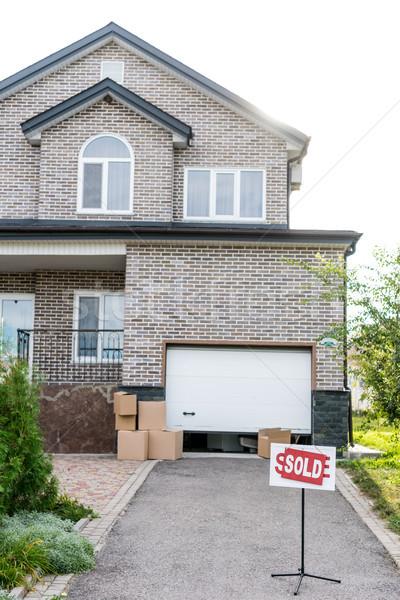 Huis uitverkocht mooie karton dozen gras Stockfoto © LightFieldStudios