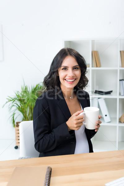 беременна деловая женщина Кубок горячий напиток счастливым современных Сток-фото © LightFieldStudios