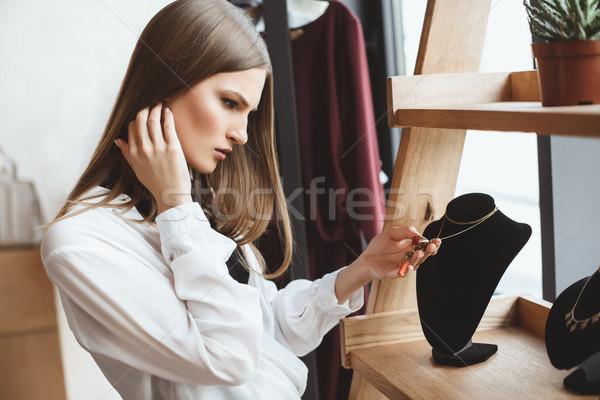 Vrouw kiezen ketting mooie elegante winkel Stockfoto © LightFieldStudios