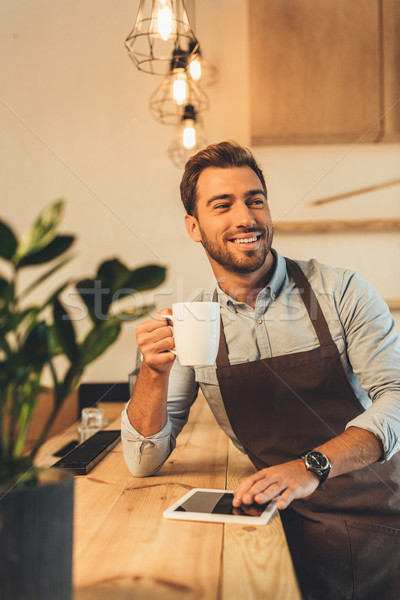Barista beker koffie portret glimlachend Stockfoto © LightFieldStudios