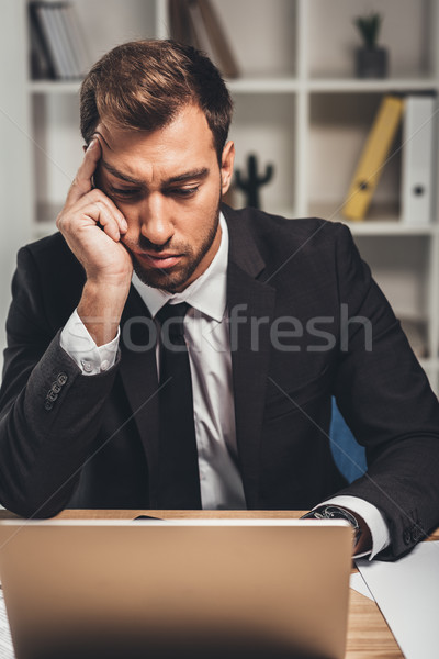 бизнесмен рабочих ноутбука исчерпанный молодые головная боль Сток-фото © LightFieldStudios