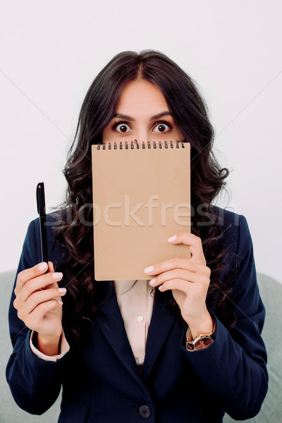 Femme d'affaires visage notepad étonné travaux Photo stock © LightFieldStudios