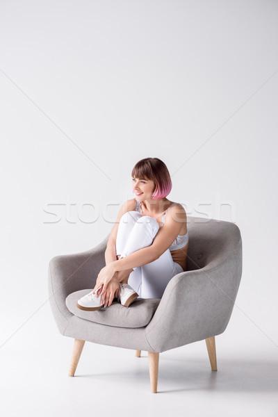 Femme souriante séance fauteuil jeunes rose cheveux Photo stock © LightFieldStudios