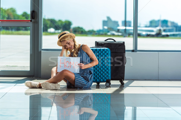 Photo stock: Femme · carte · aéroport · femme · souriante · maison