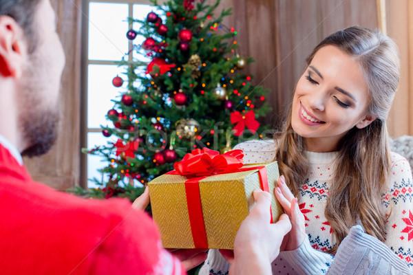 Feliz Pareja Navidad presente mujer Foto stock © LightFieldStudios