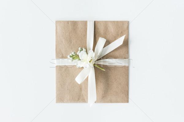 Haut vue enveloppe fleur ruban isolé Photo stock © LightFieldStudios