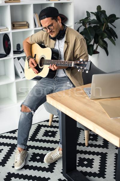 Stock fotó: Fiatal · zenész · játszik · gitár · jóképű · ül