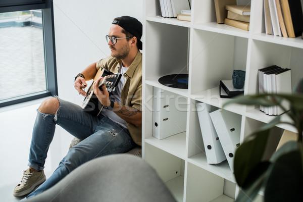 Uomo giocare chitarra chitarra acustica Foto d'archivio © LightFieldStudios