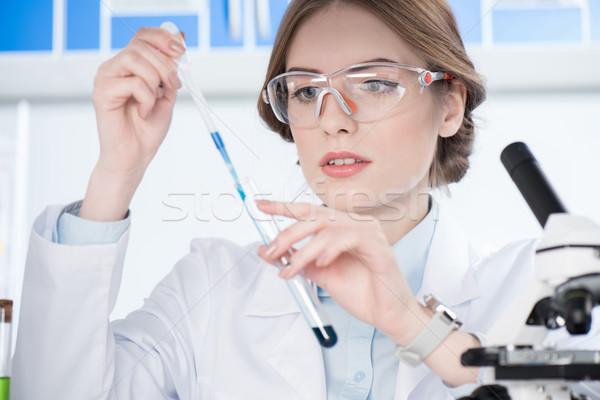 Mulher atraente cientista óculos químico experiência Foto stock © LightFieldStudios