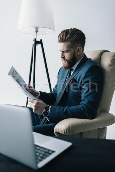 Vista laterale concentrato imprenditore poltrona lettura giornale Foto d'archivio © LightFieldStudios