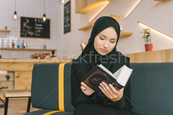 Muçulmano mulher belo concentrado leitura moda Foto stock © LightFieldStudios
