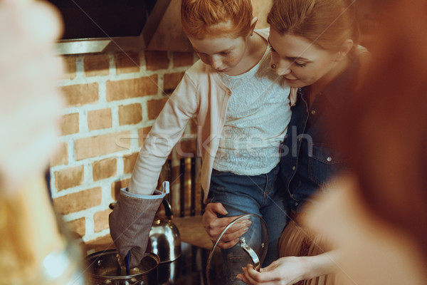 Kid helpen kok diner selectieve aandacht meisje Stockfoto © LightFieldStudios