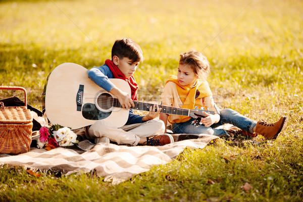 Kinderen gitaar park weinig vergadering picknickdeken Stockfoto © LightFieldStudios