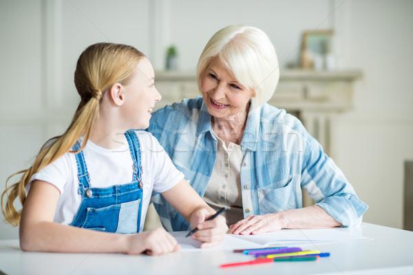 Gelukkig grootmoeder kleindochter tekening samen glimlachend Stockfoto © LightFieldStudios