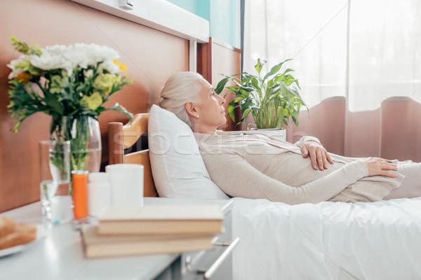 Ontdaan senior vrouw ziekenhuis zijaanzicht Stockfoto © LightFieldStudios
