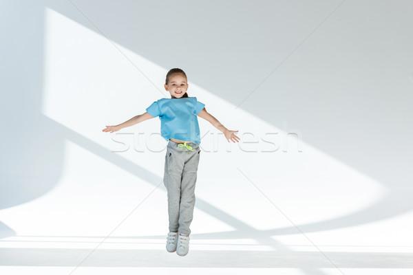 Stock fotó: Boldog · kislány · sportruha · ugrik · nyitva · karok