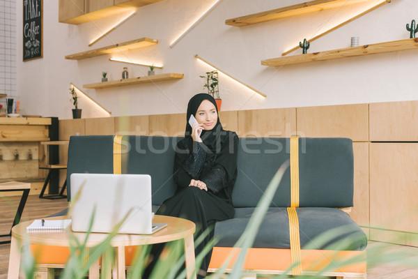 Muszlim nő beszél telefon gyönyörű kávézó Stock fotó © LightFieldStudios