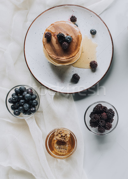 Topo ver saboroso caseiro panquecas mel Foto stock © LightFieldStudios