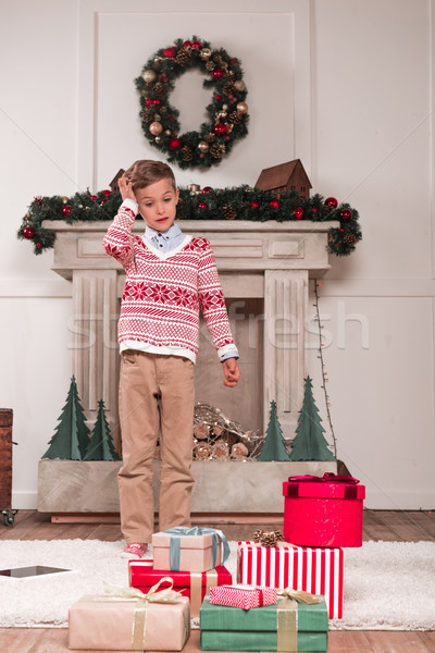 Fiú néz halom ajándékok meglepődött fektet Stock fotó © LightFieldStudios