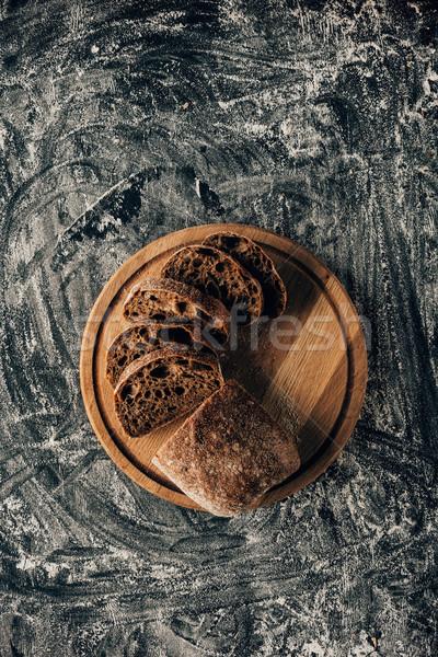 Superior vista piezas pan tabla de cortar oscuro Foto stock © LightFieldStudios
