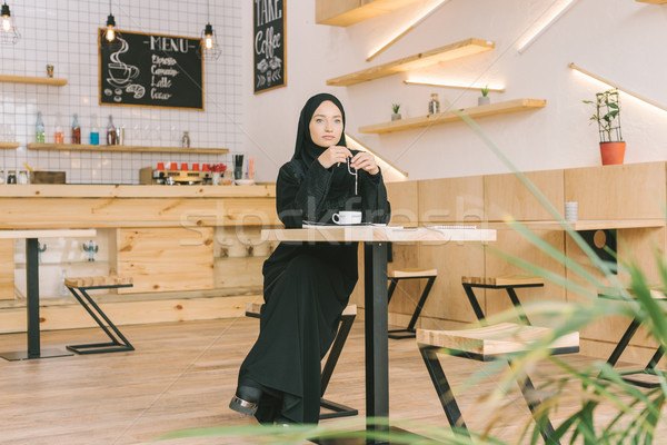 Muslim donna preghiera perline cafe bella Foto d'archivio © LightFieldStudios