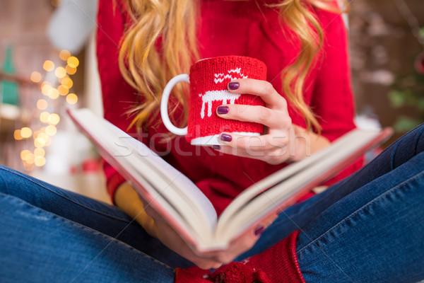 Donna lettura libro bevanda calda primo piano view Foto d'archivio © LightFieldStudios