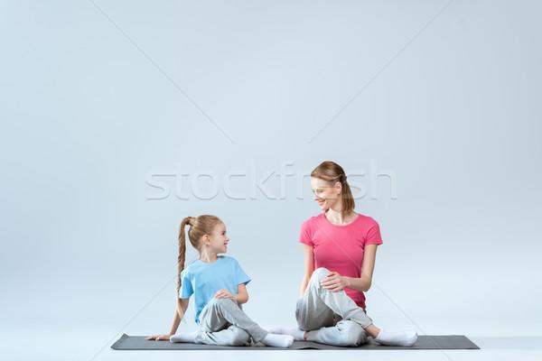 Mosolyog sportos anya lánygyermek gyakorol jóga póz Stock fotó © LightFieldStudios